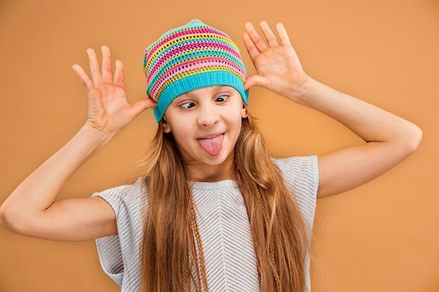 O rosto da menina adolescente feliz brincalhão