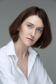 O rosto de mulher atraente e séria