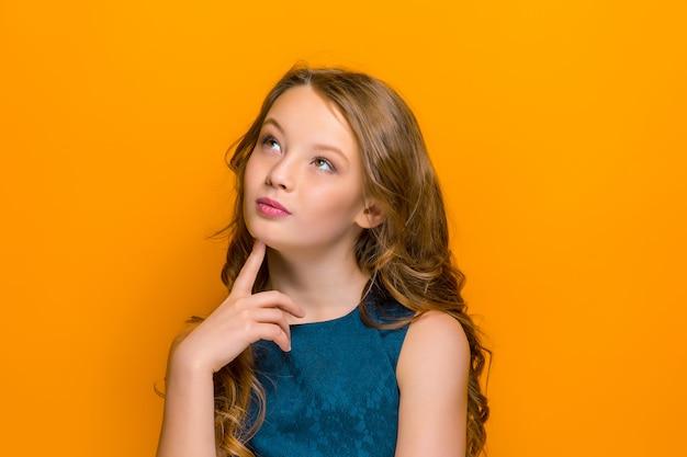 O rosto pensativo da menina adolescente feliz