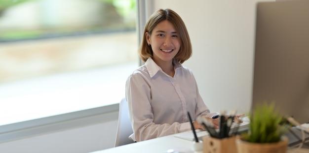 O rosto sorridente da jovem empresária bem sucedida