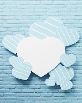 O rótulo de coração branco para inserir a mensagem tem um coração azul decorado.