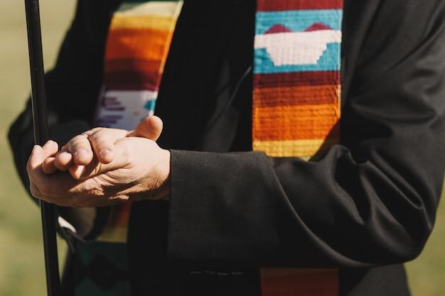 O sacerdote segura as mãos um ao outro durante a cerimônia de casamento