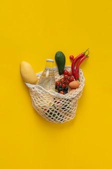 O saco de malha de cordão de algodão ecológico com frutas, transporta o meio ambiente, recicla e elimina o desperdício