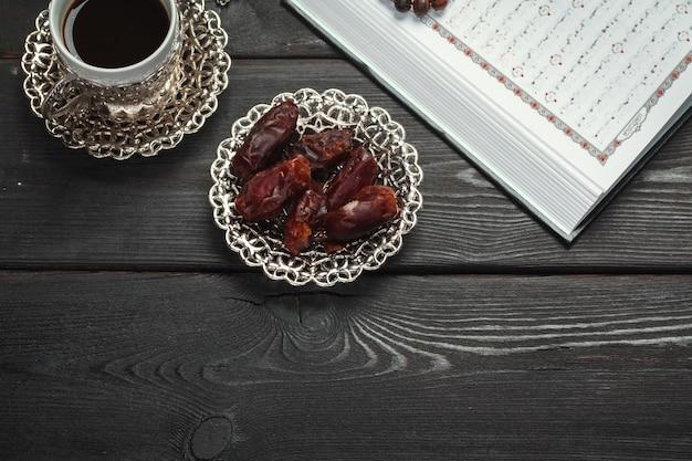 O sagrado alcorão aberto com tasbih / rosário close-up