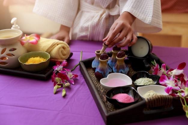 O sal asiático dos testes da mulher esfrega para a massagem em termas.