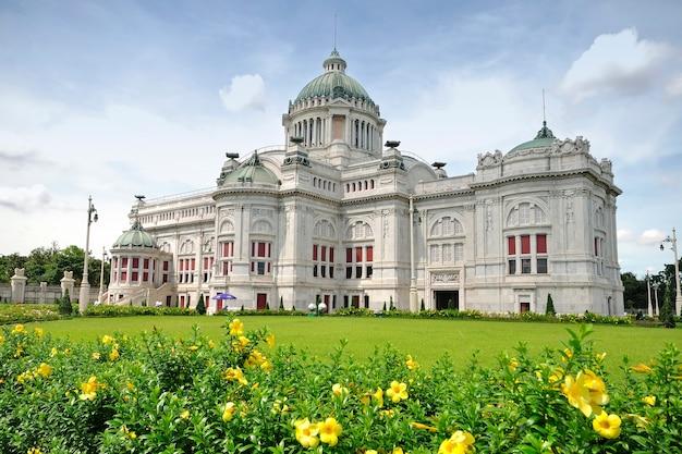 O salão do trono ananta samakhom na tailândia