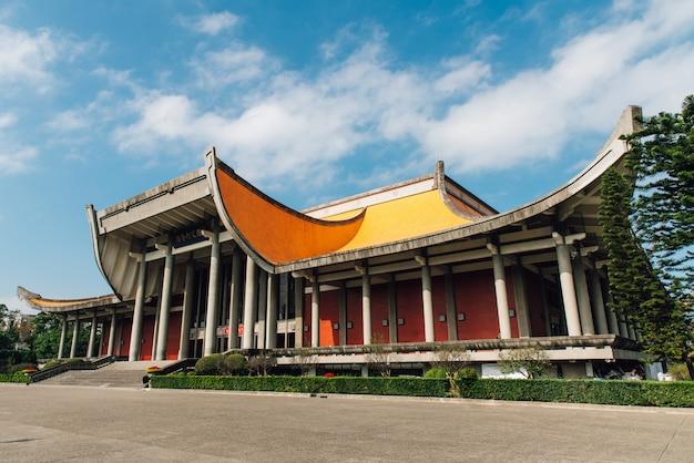 O salão memorial dr. sun yat-sen nacional com céu azul e nuvens