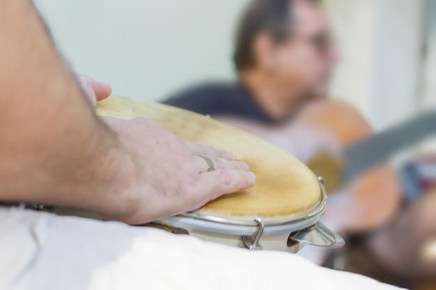 O samba é parte da cultura carioca e uma das cidades mais tradicionais dos círculos de samba