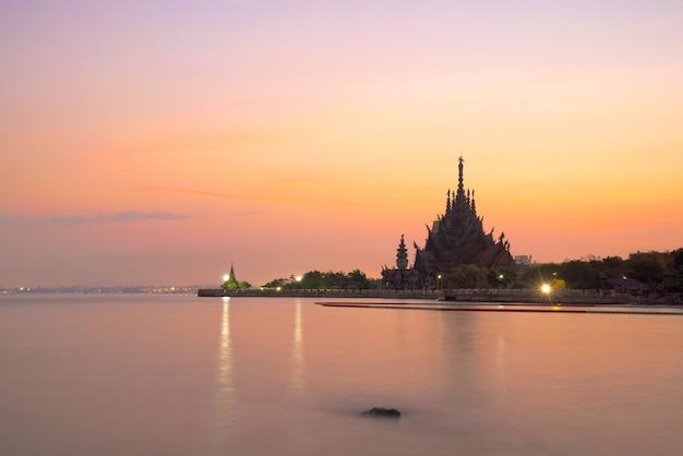 O santuário da verdade à beira-mar em pattaya, tailândia