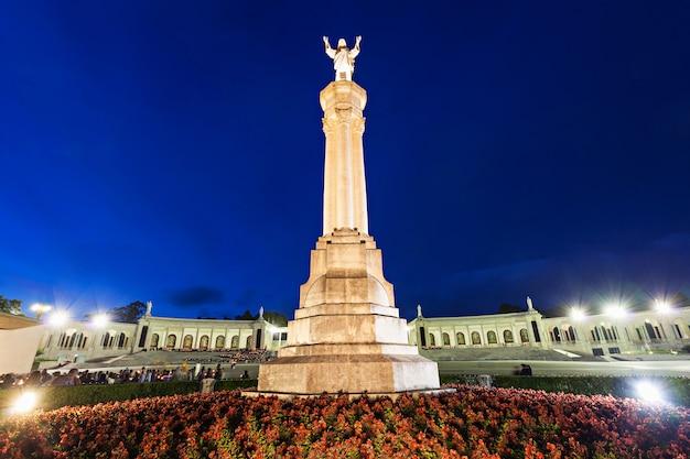 O santuário de fátima à noite, fátima, portugal