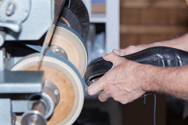 O sapateiro conserta um sapato