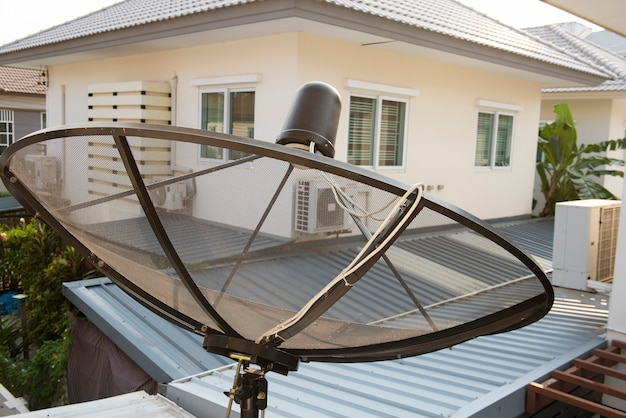 O satélite está preso à parede da casa