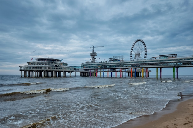 O scheveningen pier strandweg, resort de praia no mar do norte em haia den haag com roda gigante.
