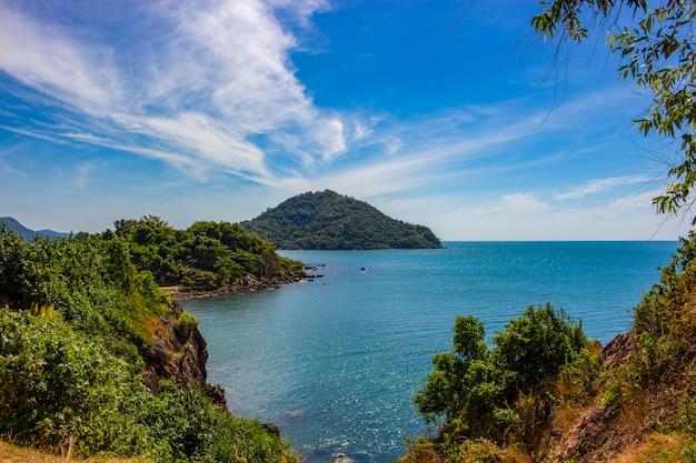 O seascape bonito com o céu e a nuvem em chanthaburi encalham, tailândia.