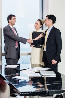 O secretário apresenta um candidato a um chefe para uma entrevista de trabalho