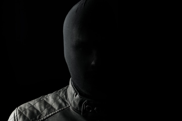 O serial killer, um maníaco com um chuolkom negro na cabeça