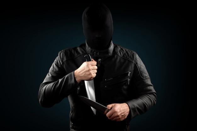 O serial killer, um maníaco com uma faca e um chuolkom preto na cabeça