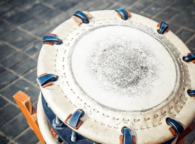 O shime-daiko japonês tradicional do instrumento de percussão ou o namitsuke é um tipo de cilindro do taiko.
