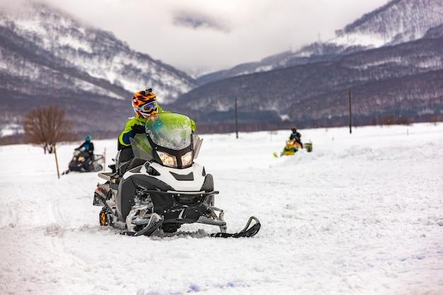 O show nas motos de neve da competição de férias em kamchatka