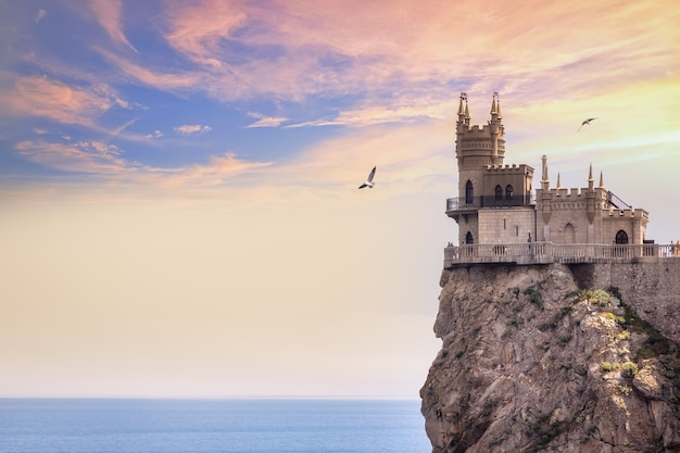 O símbolo da crimeia é o castelo do ninho das andorinhas ao pôr do sol