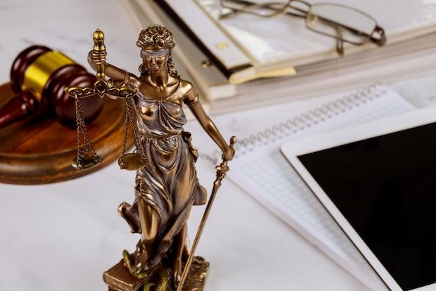 O símbolo da estátua da justiça, escritório de advocacia legal em um tablet digital