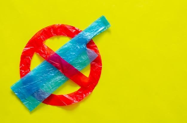 O símbolo de parar de usar pacotes ambientais hostis feitos de sacolas plásticas.