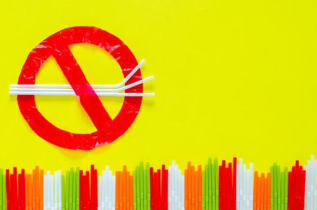 O símbolo de parar de usar pacotes ambientais hostis que fizeram de saco plástico e palha.