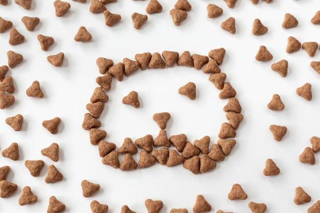O símbolo do focinho de um gato de comida seca