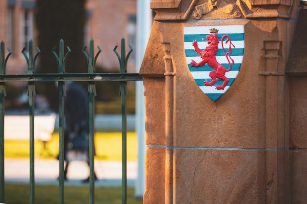 O símbolo do leão vermelho da bandeira luxemburguesa