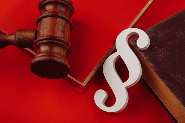 O símbolo do parágrafo de madeira está no livro de leis e no martelo.