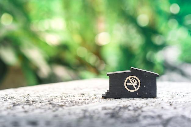O símbolo não fumar em cima da mesa no café