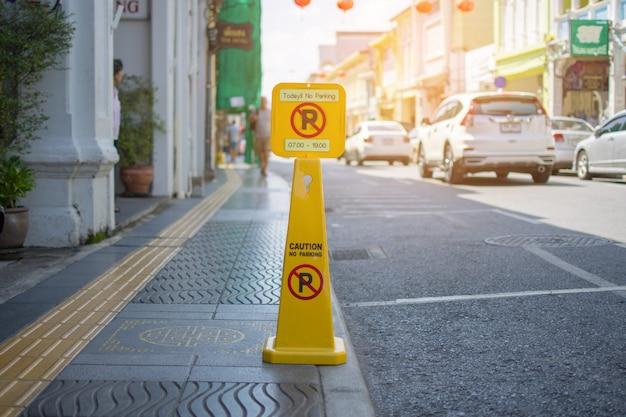 O sinal amarelo não estaciona na estrada na cidade de phuket, tailândia.