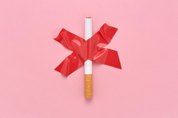 O sinal da cruz vermelha colou um cigarro, símbolo de proibido fumar.