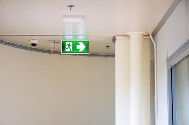 O sinal da saída de emergência de incêndio mostra o caminho para a fuga.