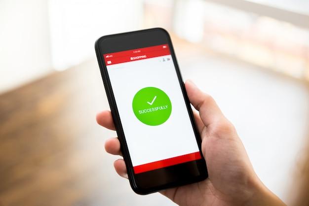 O sinal de confirmação de compras on-line bem-sucedido aparece na tela do aplicativo de smartphone