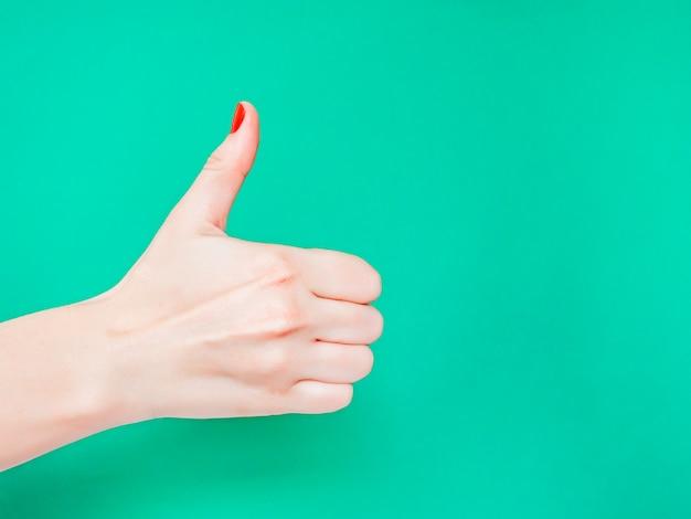 O sinal de polegar para cima. como sinal de mão.