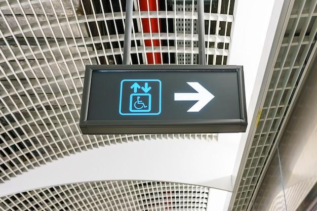 O sinal do elevador para deficientes pessoas de cadeira de rodas de deficiência.