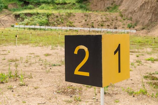 O sinal do marco esportivo com os números 1,2 no campo de tiro de treinamento, ao ar livre, altai, belokurikha.