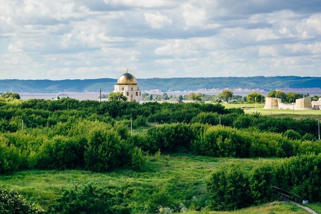 O sinal do memorial dedicado à adoção do islã pelos búlgaros.