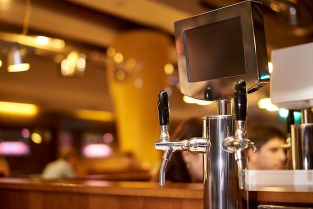 O sistema de engarrafamento de cerveja na cervejaria.