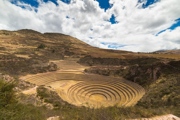 O sítio arqueológico em moray, destino de viagem na região de cusco e no vale sagrado, peru. majestosos terraços concêntricos, supostamente o laboratório agrícola de comida dos inca.