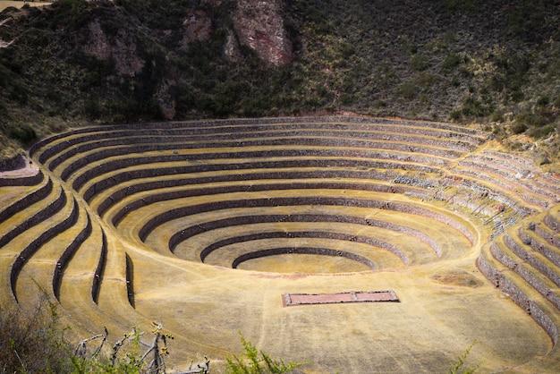 O sítio arqueológico em moray, destino de viagem na região de cusco e no vale sagrado, peru.