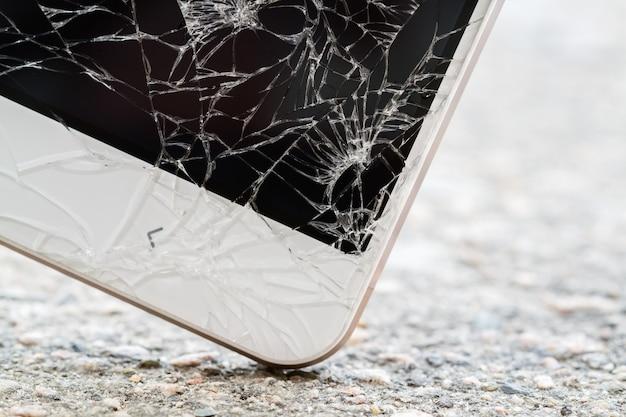 O smartphone bate no chão. tela de exibição quebrada