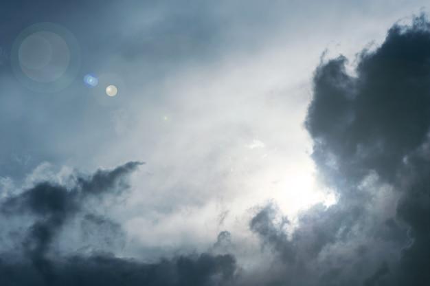 O sol atravessa as nuvens escuras da tempestade.