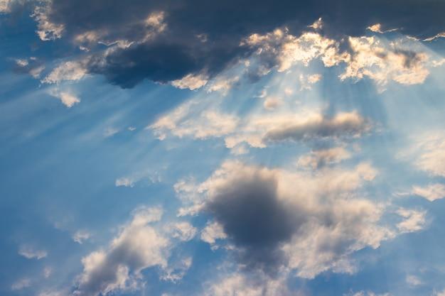 O sol brilha através das nuvens