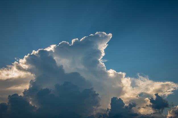 O sol brilhando através da nuvem baixa