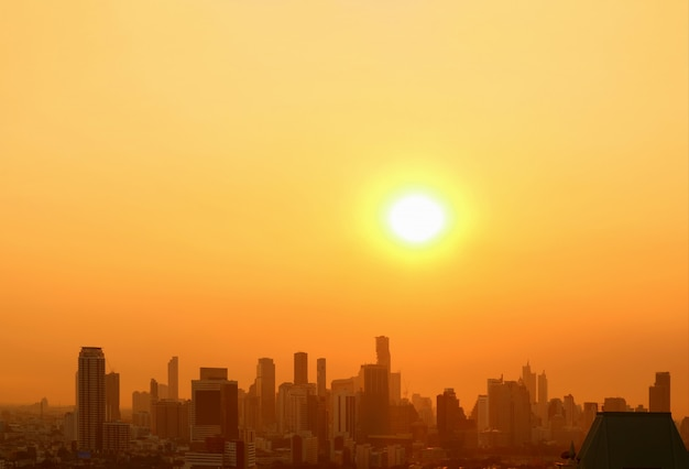 O sol brilhante nascendo sobre a cidade