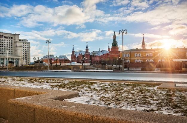 O sol de fevereiro acima dos muros do kremlin de moscou e da praça manezh