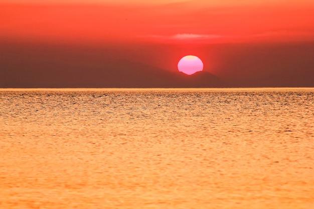 O sol nascendo acima do mar mediterrâneo