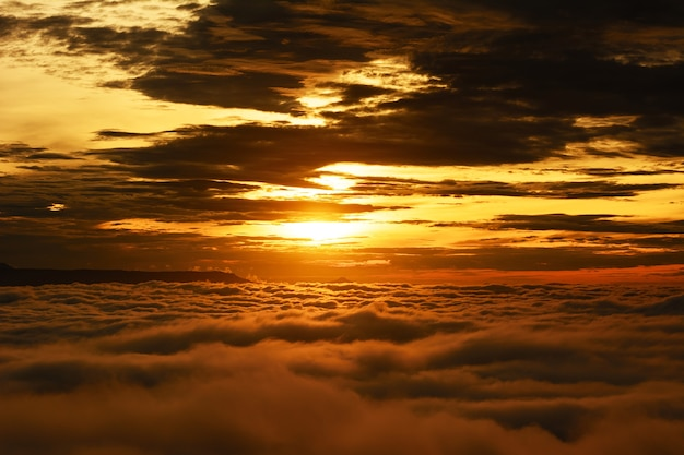 O sol nascendo pela manhã. é aconchegante com uma bela névoa durante as férias, phu-tubberk, tailândia.
